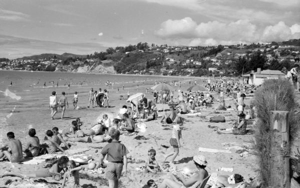 Crowd at Tahuna Beach photo courtesy Nelson Provincial Museum